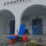 Ο Δήμος Μήλου τοποθετεί αναπηρικά αμαξίδια θαλάσσης σε δυο παραλίες